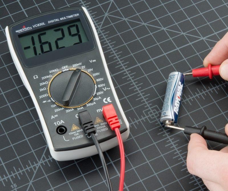 С помощьюмультитестераможно измерить батарейку